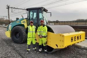 Les compacteurs Ammann posent les fondations d'un élargissement par Hens de ligne ferroviaire
